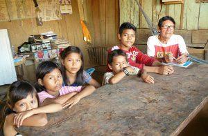 Lehrer Don Victor unterrichtet bei sich zu Hause Kinder in der indigenen Sprache der Cocama / Foto: Jessica Zeller, CC BY-NC-SA 2.0