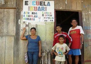 Radiomacherin Rita Muñoz, Don Victor und zwei seiner Schüler vor seinem Haus am Stadtrand von Nauta / Foto: Jessica Zeller, CC BY-NC-SA 2.0