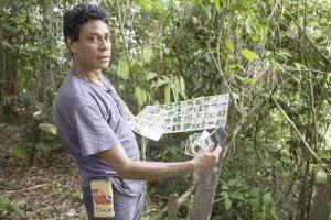 Rafael Lombrera zeigt ein Bingo-Spiel mit Fotos der heimischen Tierwelt / Foto: Moysés Zúñiga Santiago, Moncabay/desinformemonos