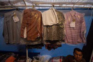 Ein Dutzend Hemden bügelt Señor Enrique jeden Tag in seinem Zelt auf der Straße / Foto: José Luna, desinformemonos