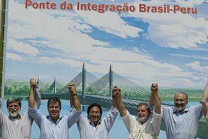 Grundsteinlegung für die Via-Interoceanica im August 2004 mit Alejandro Toledo (Mitte) und Luís Inácio Lula da Silva (2.v.r.) / Foto: Ricardo Stuckert, Agencia Brasil, CC BY 3.0 BR