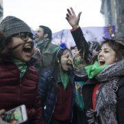 Von außen: Geschafft! Tausende Aktivist*innen feiern die Legalisierung der Abtreibung