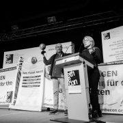 """""""Volkswagen stoppen!"""": Autokonzern erhält Negativpreis für seine Kooperation mit der brasilianischen Militärdiktatur"""