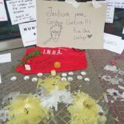Mensajes para Gustavo Gatica a la entrada de la clínica