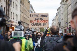 Una activista anticapitalista levanta una pancarta en el primero de mayo 2020 de berlin