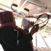 Indigene Frauen installieren Solaranlagen in ihren Dörfern